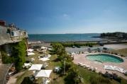 Hotel & swimming pool